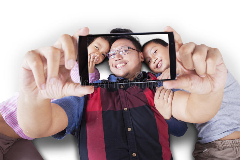 一起采取selfie的两个孩子和父亲 免版税库存图片
