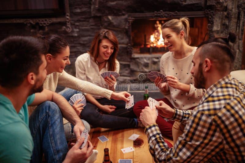 一起集会微笑的朋友和纸牌 免版税库存图片