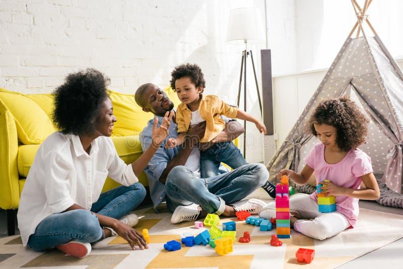 一起非裔美国人的家庭消费时间 免版税库存图片
