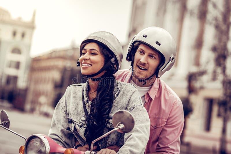 一起骑摩托车的高兴愉快的夫妇 免版税图库摄影