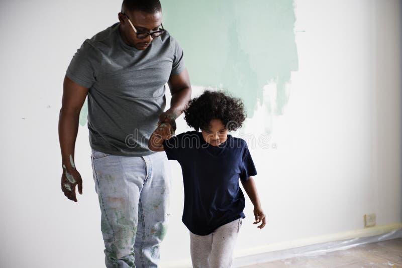 一起黑家庭绘画房子墙壁 库存照片