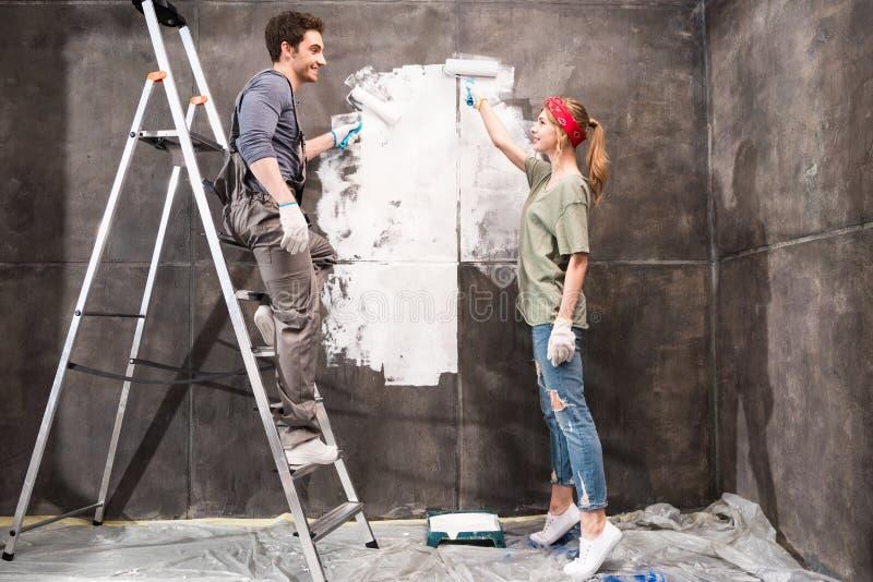一起结合绘画墙壁,整修家庭概念 库存照片