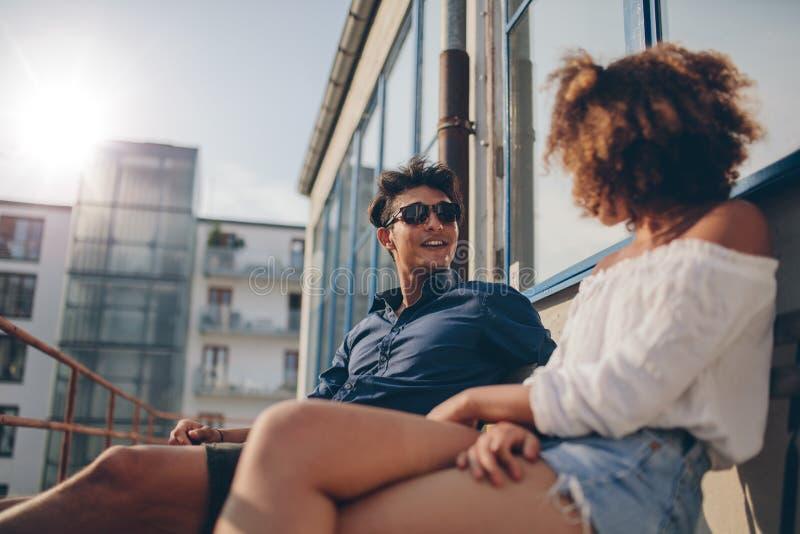一起年轻夫妇消费质量时间 图库摄影