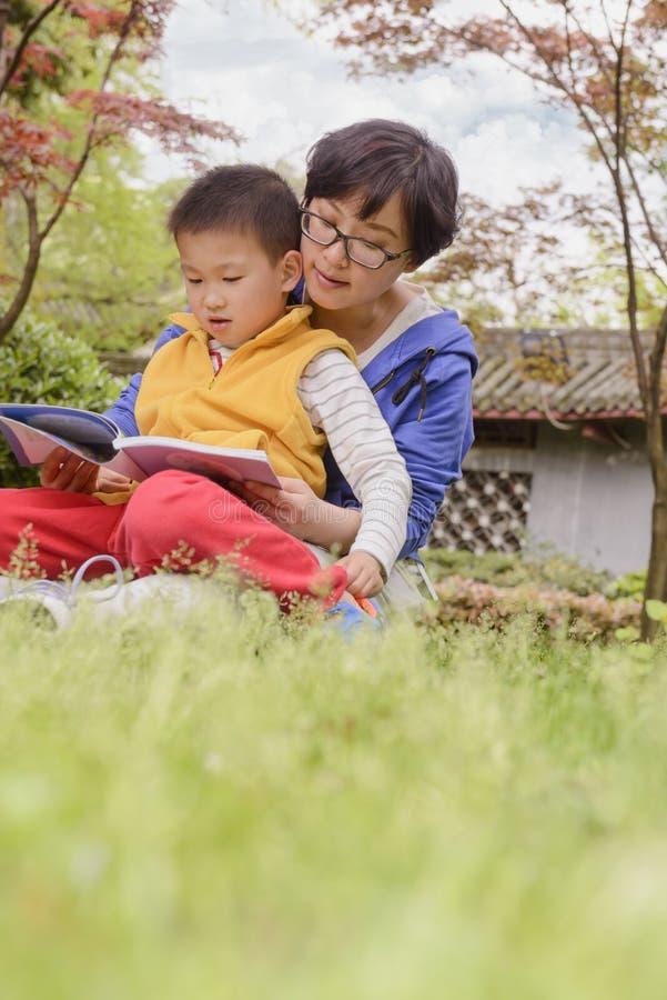 一起读的妈妈和的儿子 免版税库存照片