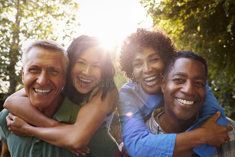 一起给肩扛的成熟朋友在后院 免版税库存照片