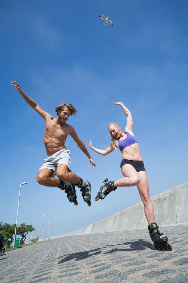 一起rollerblading在散步的适合的夫妇 免版税库存图片