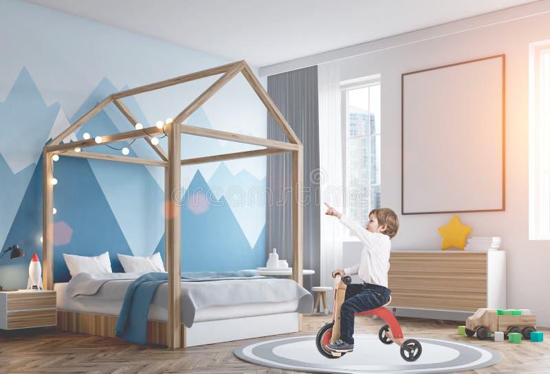 一辆三轮车的逗人喜爱的男孩在他的被定调子的屋子里 图库摄影