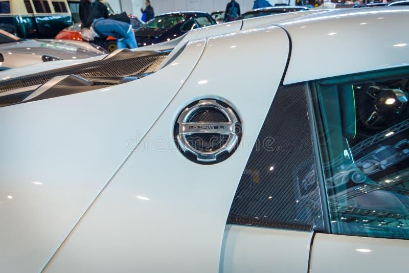 一辆中间装有引擎的插入式杂种跑车保时捷918 Spyder的片段, 2015年 免版税图库摄影