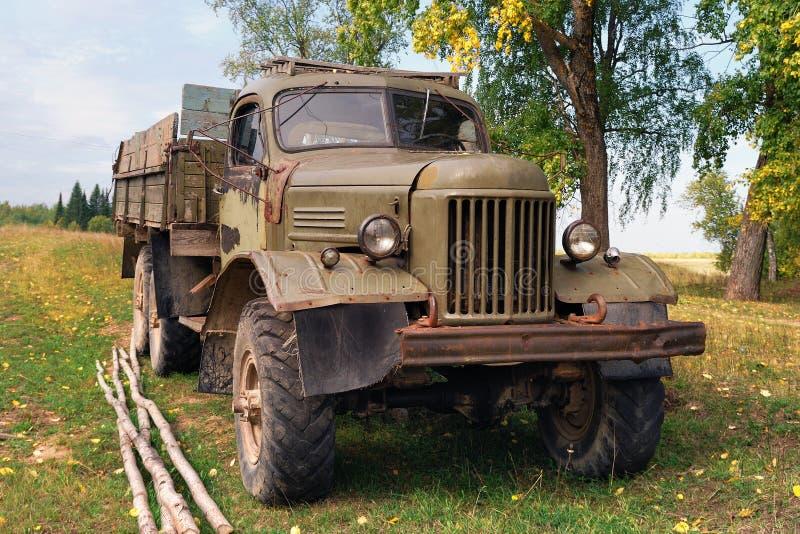 一辆古老、外形残酷的全地形货车,矗立在秋田 库存图片