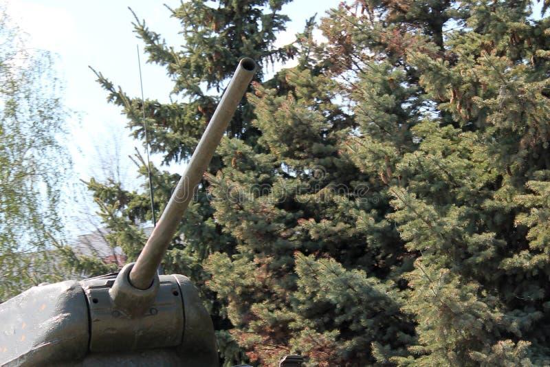 一辆坦克的塔和枪口反对蓝天和云彩的 免版税库存图片