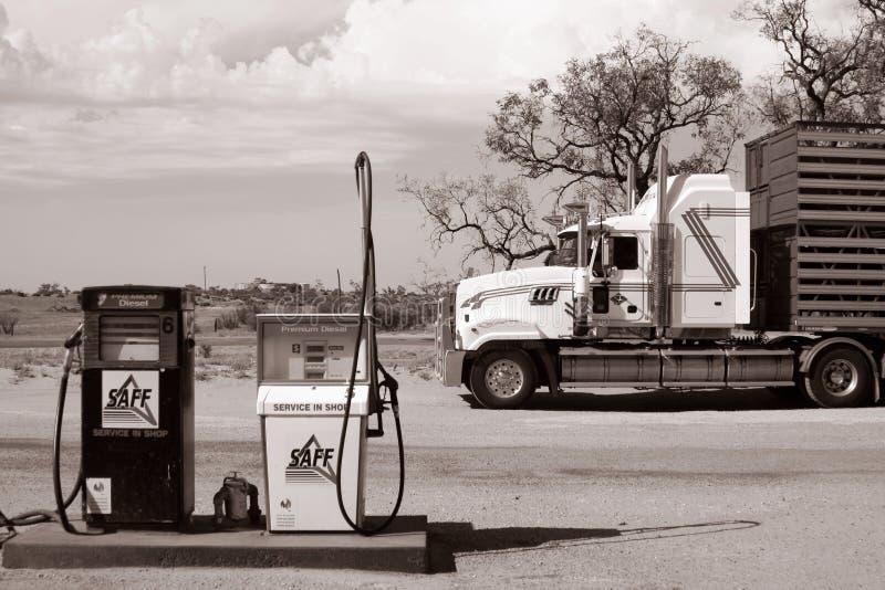 一辆大卡车在内地澳大利亚人的一个加油站前面停放了, Coombah客栈/澳大利亚 库存图片