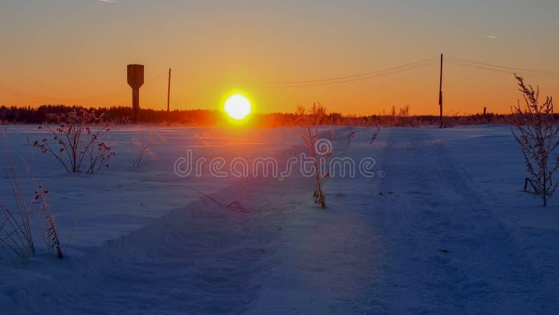 一辆大汽车的踪影在雪的 库存图片