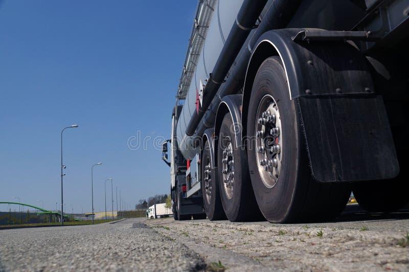 一辆强有力的卡车罐车 从路水平的看法 库存图片
