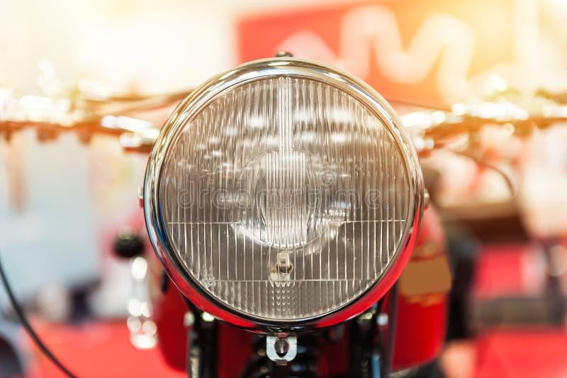 一辆强有力的摩托车的车灯 库存照片
