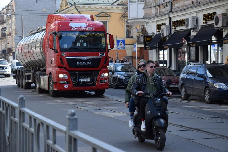 一辆摩托车的青年人在城市 库存照片