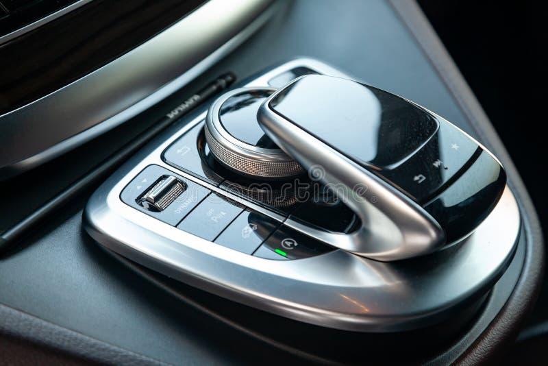 一辆新的昂贵的企业奔驰V班的汽车的内部元素里面与多媒体系统控制控制杆 免版税库存图片