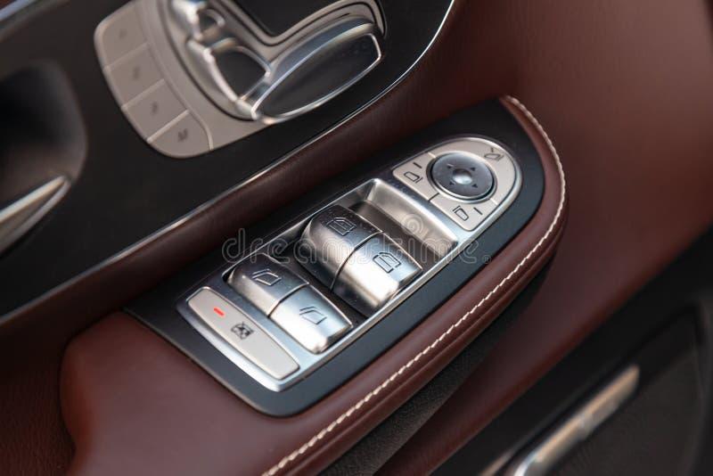 一辆新的昂贵的企业奔驰V班的汽车的内部元素里面与窗口和位子按钮和皮革与 库存照片