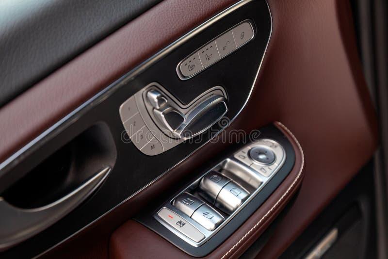 一辆新的昂贵的企业奔驰V班的汽车的内部元素里面与窗口和位子按钮和皮革与 库存图片