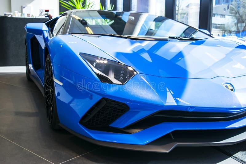 一辆新的Lamborghini Aventador S小轿车的正面图 车灯 汽车详述 汽车外部细节 库存图片