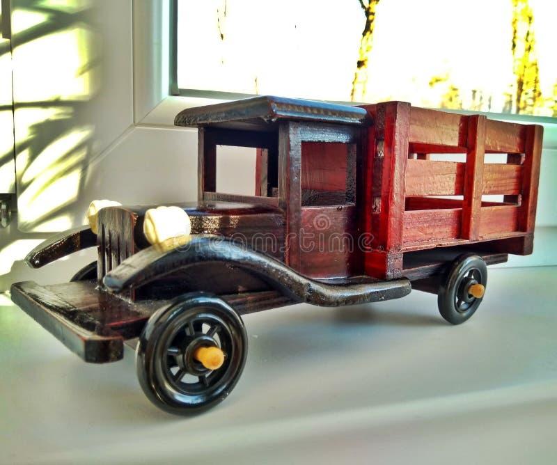 一辆木玩具葡萄酒褐色翻斗车 免版税图库摄影