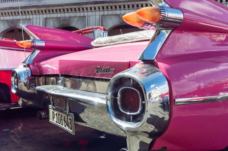 一辆桃红色经典美国人卡迪拉克汽车的细节在哈瓦那,古巴 库存照片