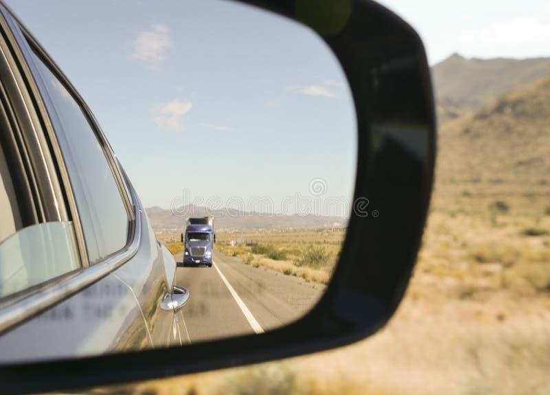 一辆汽车的旁边镜子在沙漠的心脏 图库摄影