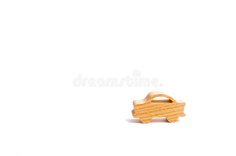 一辆汽车的木小雕象在白色背景的 简单派 汽车保险的概念,买卖汽车 修理和主要 免版税库存图片