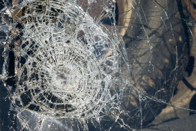 一辆汽车的残破的挡风玻璃在事故的 库存照片