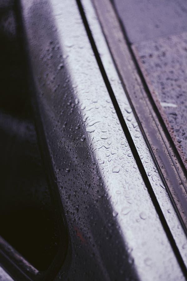 一辆汽车的边的特写镜头有雨珠的对此 库存照片
