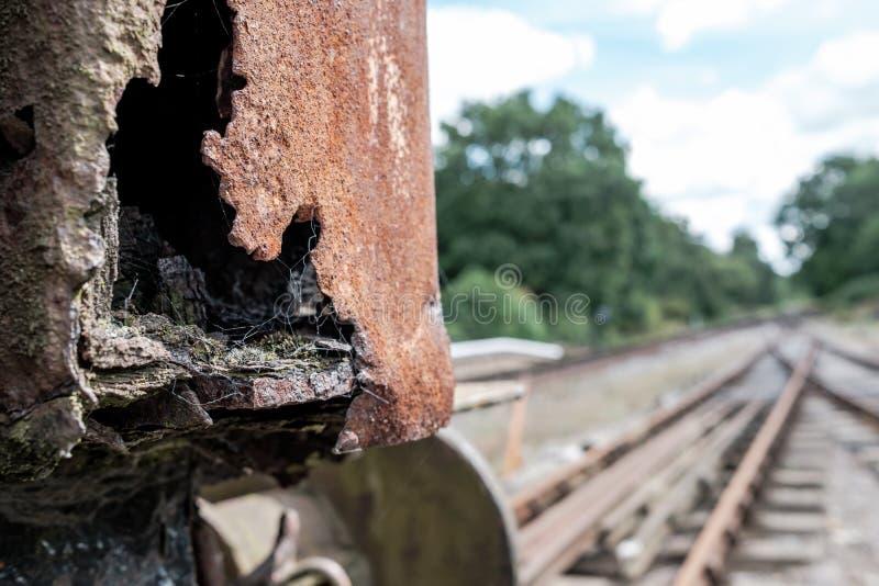 一辆沉重生锈的和老蒸汽机车的抽象看法在铁路房屋板壁的 库存照片