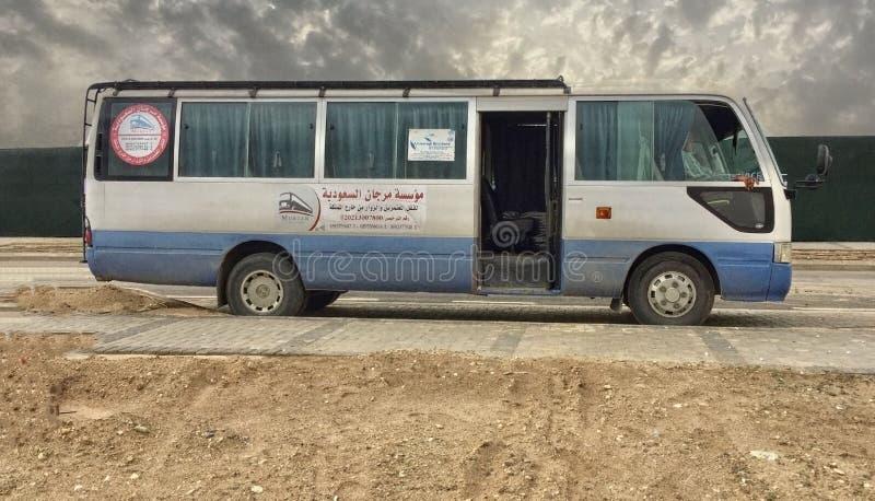 一辆沙特阿拉伯人公共汽车在沙漠 图库摄影
