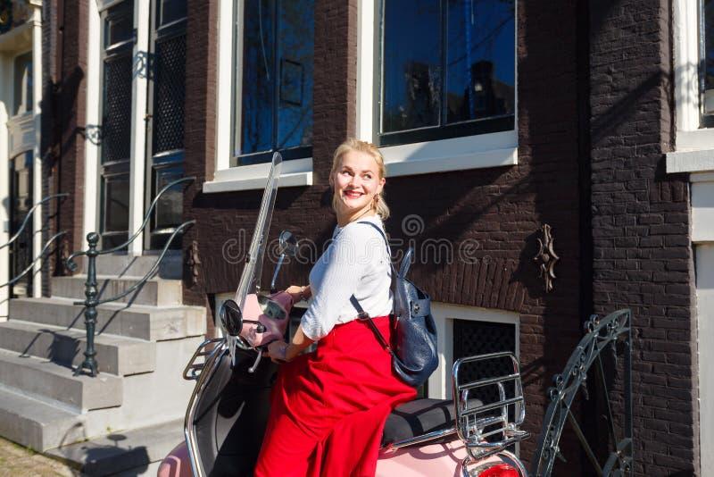 一辆滑行车的妇女在阿姆斯特丹 库存图片