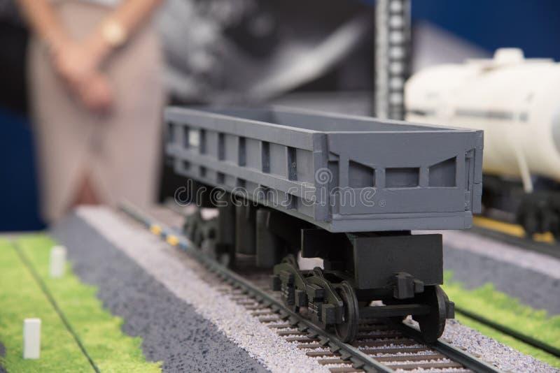 一辆灰色无盖货车的模型商品运输的在铁路的 免版税库存照片