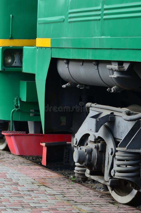一辆现代俄国电车的轮子有缓冲器和制动装置的 加州的边 库存图片