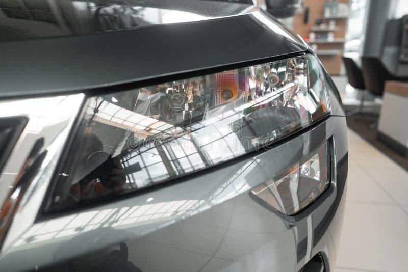 一辆现代有名望的汽车的前灯从一个接近的角度的 库存图片