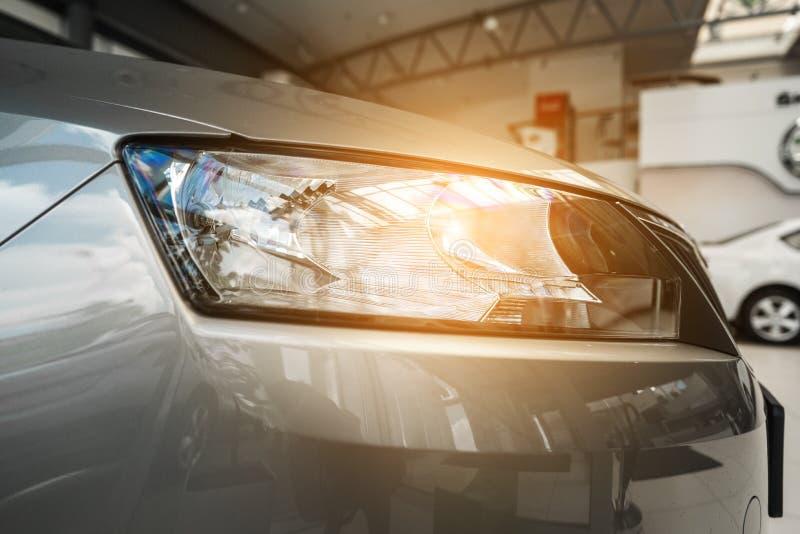 一辆现代有名望的汽车的前灯从一个接近的角度的 免版税库存照片