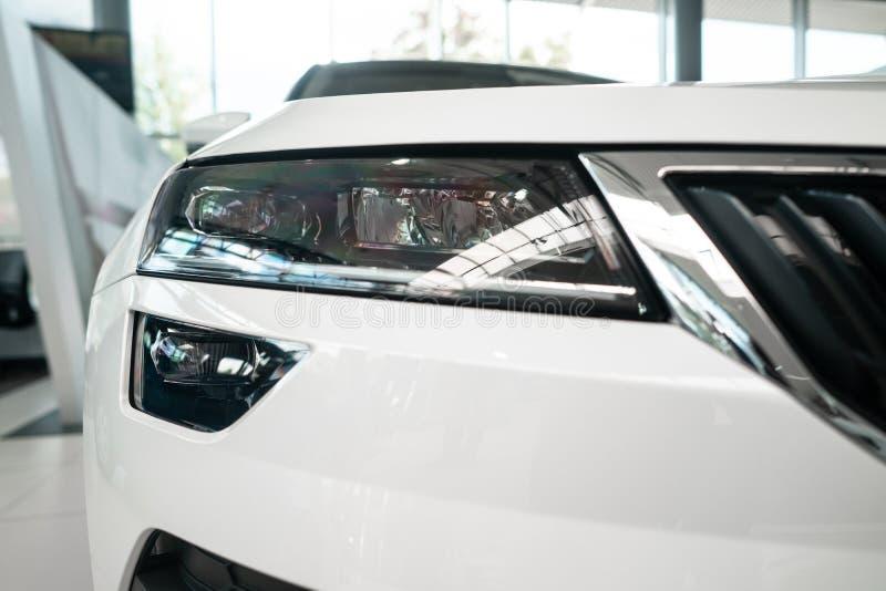 一辆现代有名望的汽车的前灯从一个接近的角度的 库存照片