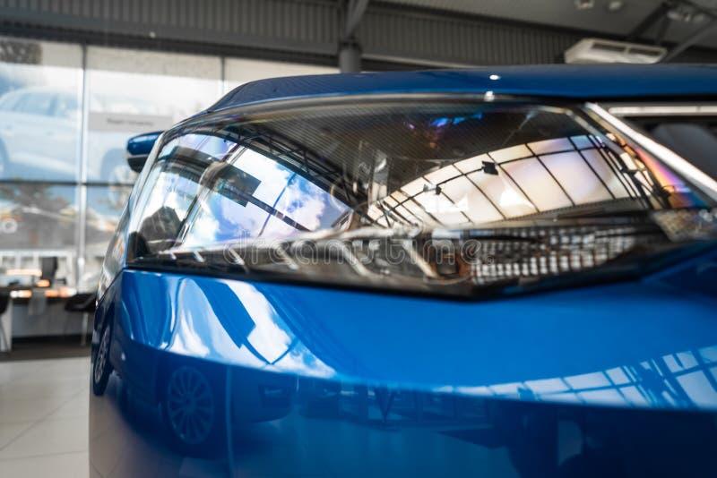一辆现代有名望的汽车的前灯从一个接近的角度的 图库摄影