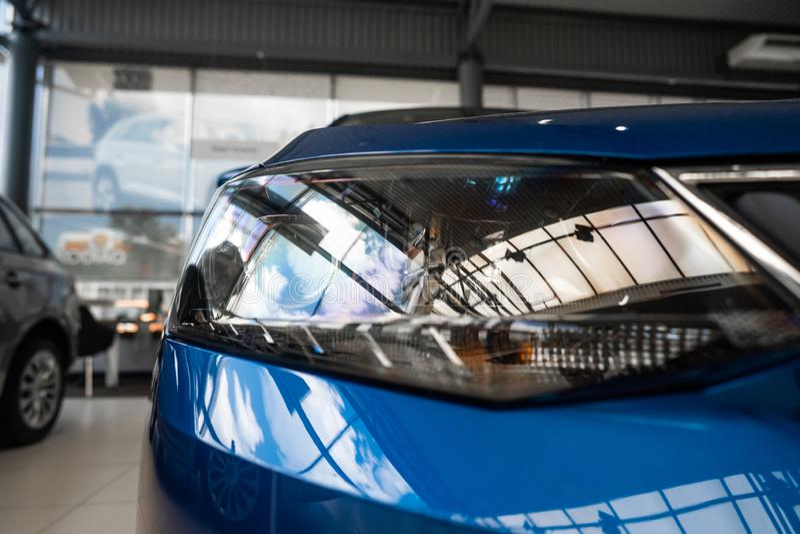 一辆现代有名望的汽车的前灯从一个接近的角度的 免版税库存图片