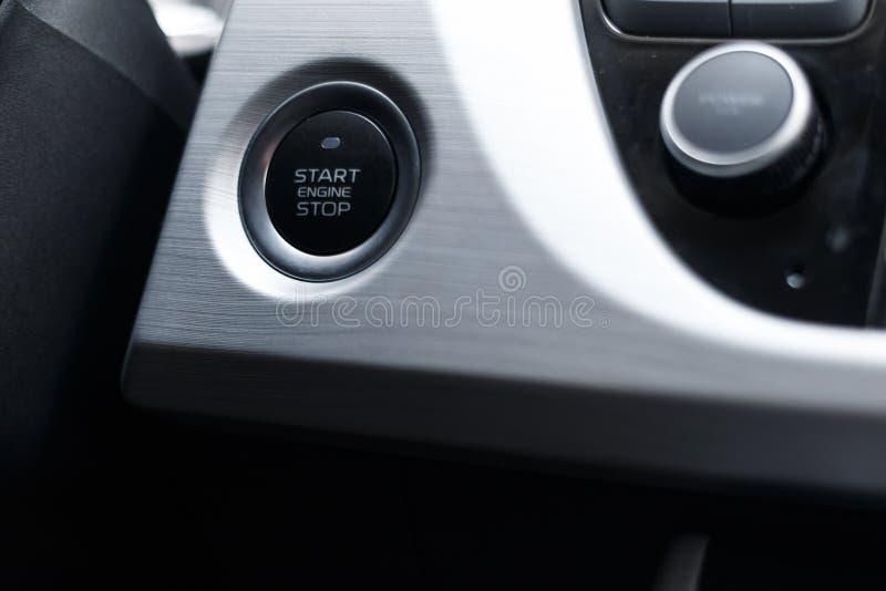 一辆现代汽车的汽车起止的引擎按钮在内部的 库存图片