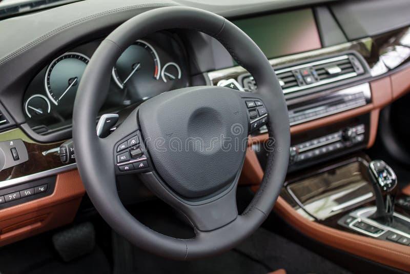 一辆现代豪华汽车的内部 库存图片
