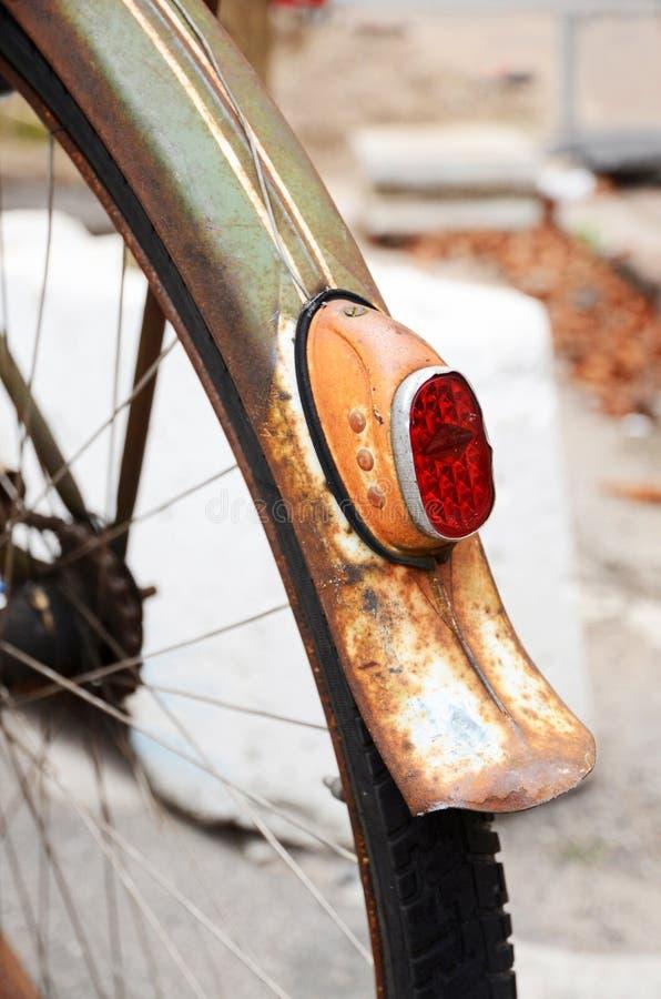 一辆生锈的葡萄酒自行车的后面轮子的细节 免版税库存图片