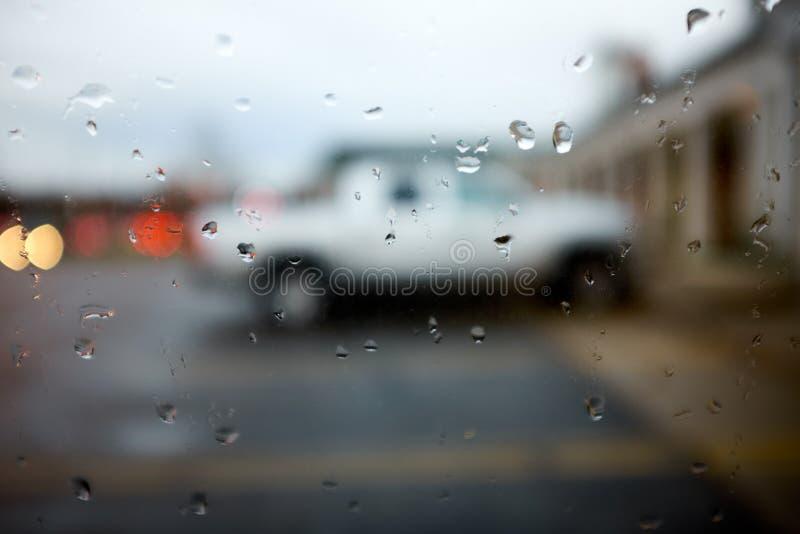 一辆白色卡车的被弄脏的看法 免版税库存图片