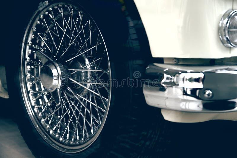 一辆白色豪华汽车的Spoked轮子 古色古香的automovile和空的拷贝空间 免版税库存图片