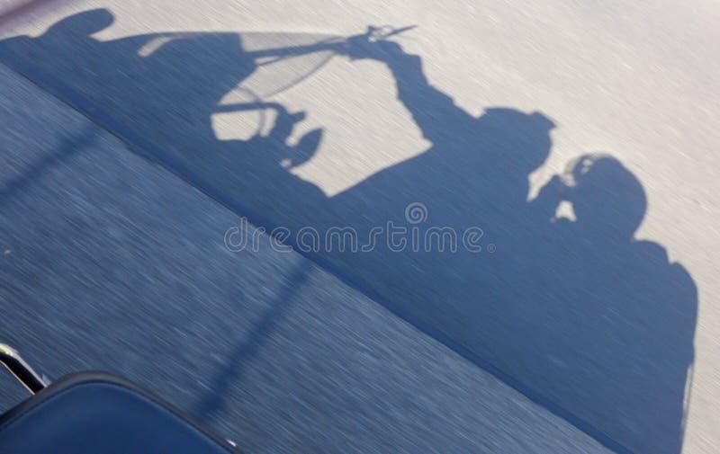 一辆移动的摩托车1的阴影 免版税库存图片