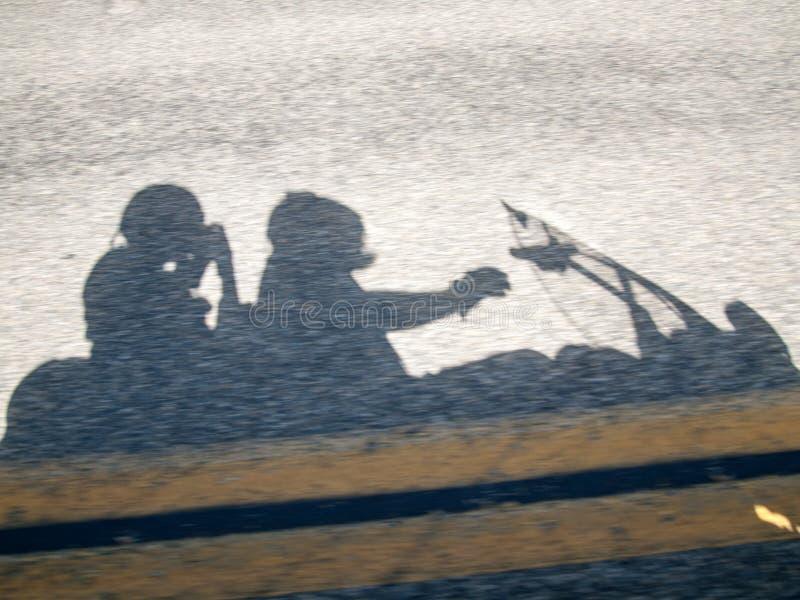 一辆移动的摩托车2的阴影 免版税库存照片