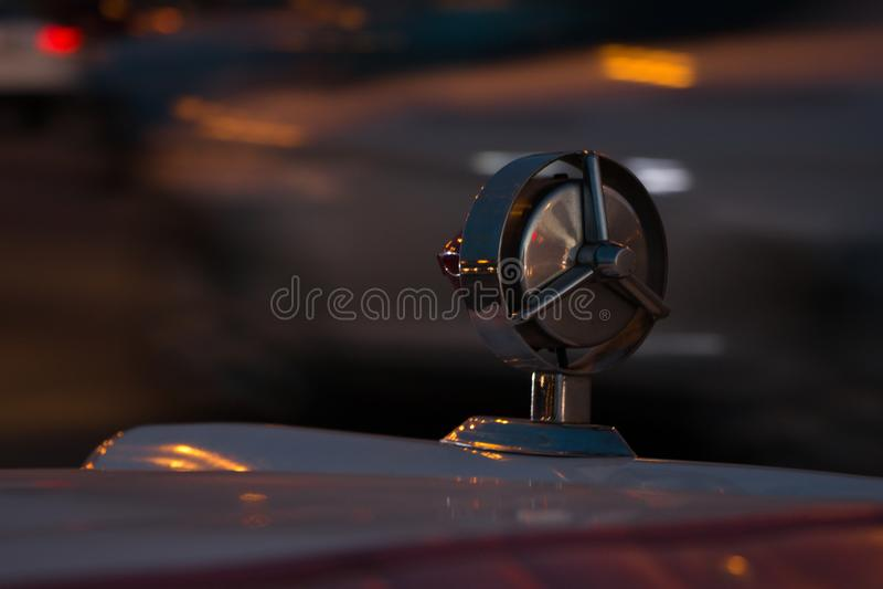 一辆经典汽车的后面的装饰镀铬物细节拿着其中一汽车的光的 库存图片
