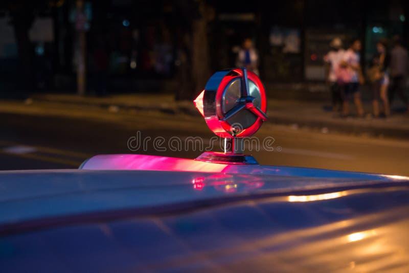 一辆经典汽车的后面的装饰镀铬物细节拿着其中一汽车的光的 库存照片