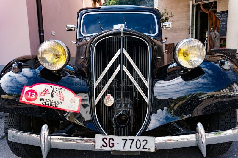一辆经典黑法国雪铁龙跑车的Raidiator和车灯 免版税库存图片