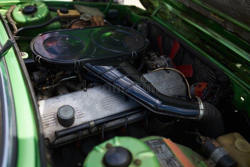 一辆老强有力的汽车的引擎,绿色,与一个开放敞篷 免版税库存图片